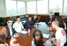 """Студентите от Стопанската академия в Свищов и УНСС преминаха през обучение в """"Банкиране на дребно"""" в УниКредит Булбанк, където научиха детайли от ежедневната работа в банката"""