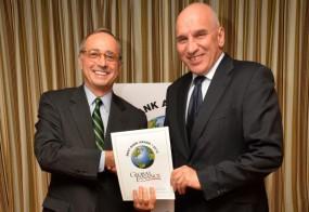 """Получаване на наградата за """"Най-добра банка в България 2012″ от Джоузеф Джарапуто, издател на сп. Global Finance"""