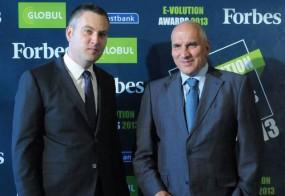 На първото издание на конкурса Е-volution Awards с главния редактор Forbes България Йордан Матеев. УниКредит Булбанк беше отличена със специалната награда за своето e-банкиране – Булбанк Онлайн и Булбанк Мобайл.